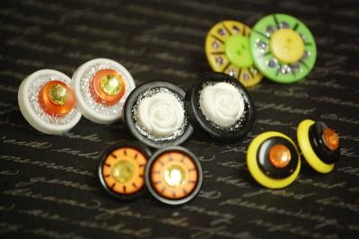 Orecchini a bottone colorati