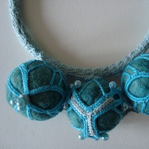 Collana con boule all' uncinetto girocollo by Sara Aires (Portogallo)