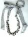 Collana di stoffa con nastro e perle