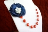 Collana con fiore blu di stoffa e perle colorate