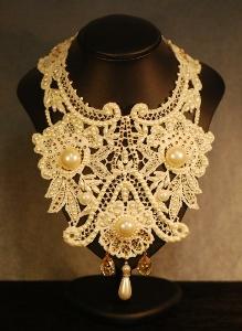 collana artigianale con pizzo e perle