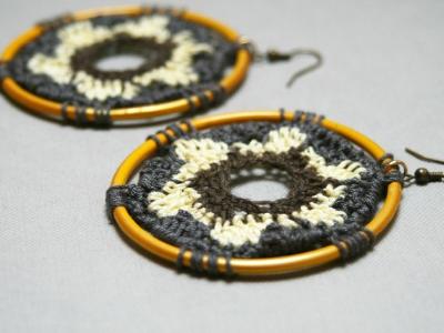 orecchini cerchio e cotone lavorato all'uncinetto