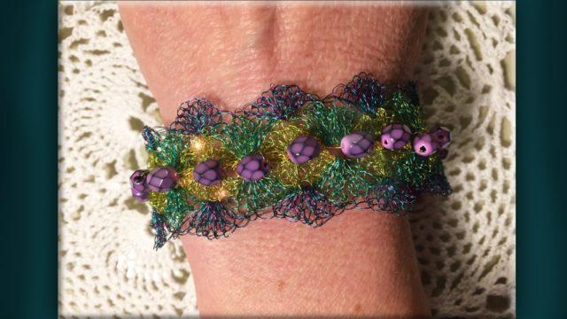 Bracciale con filo metallico multicolor all'uncinetto