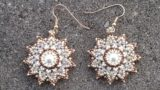 Orecchini con conterie e incastonatura perla