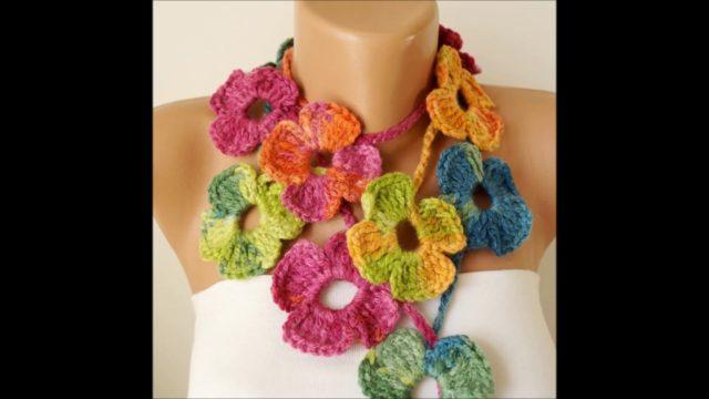 Sciarpe con fiori all'uncinetto